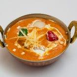 チキンティッカマサラ。玉葱やトマトをベースにした、骨なしチキンと野菜のスパイシーカレー