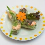 海老やレタス、きゅうりなど野菜がたっぷり入った薄皮の生春巻