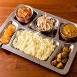 <ランチ>ネパールセット。ダルカレー、タルカリ(野菜炒め)、アッツァール(漬物)、サラダ、ライス、ソフトドリンク付き