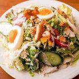 チキンや卵など当店オリジナル、パリバールサラダ