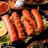 鶏と羊の挽肉を串に刺してタンドーリ釜で焼いた、シシカバブ