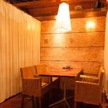 テーブル席はカーテンを利用して半個室としてのご利用も可能