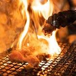 新鮮な国産せせりを豪快に炭火で炙った一品