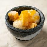バニラとごろごろマンゴーの氷結石焼きアイス
