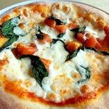 ピッツァマルゲリータ自家製の生地にフレッシュトマト、フレッシュバジル、モッツァレラを使用した当店自慢のピッツァです!