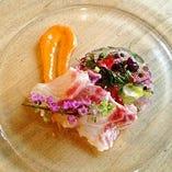 本日の鮮魚を昆布締めに~薬味のジュレとウニのソース~