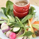 一日分の野菜(350g)が摂れるバーニャカウダ 厚生労働省が推奨する一日の野菜摂取量350gの旬で新鮮な野菜を、熱々の青森産ニンニクとアンチョビのソースをつけてお召し上がりください!!