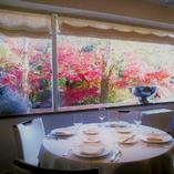 客席に広がる大きな窓からは四季折々の景色がお楽しみ頂けます