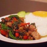 鶏挽き肉のバジル炒めのせご飯(ガパオ・ライス)