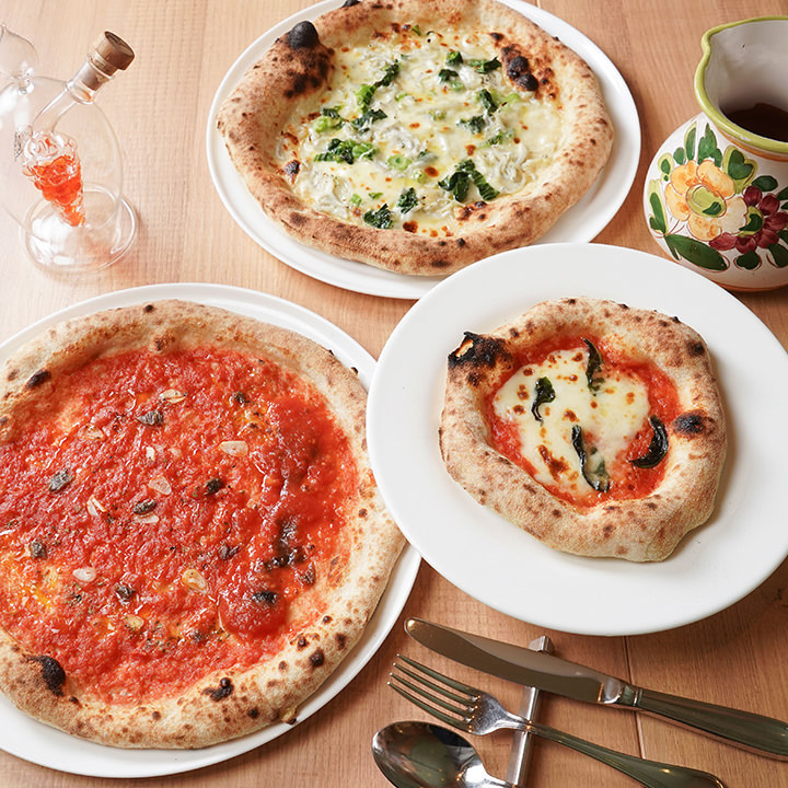 専門の職人が焼き上げる窯焼きピザは当店人気No.1!