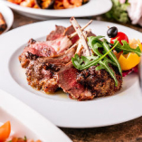 【名物!シチリア風のお肉料理】オレンジやレモンなど柑橘を添えたシチリア風のお肉料理は、ご来店の際ぜひ食べていただきたい一皿。中でも『カルネミスト』は牛・羊・豚・鶏の4種が一皿になったまさに夢の盛り合わせ!