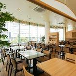 広々とした店内には多数テーブル席をご用意。
