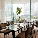 横浜ベイクオーター4階と好アクセスのため、ビジネスランチやランチミーティングにも最適。