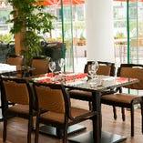 窓際のお席は大変人気ですぐ埋まってしまうので、ご予約はお早めに!