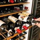 【ソムリエ厳選のワイン】お料理に合うワインをソムリエが厳選!その時期に収穫されるいいワインを吟味し、シチリアを中心にイタリア全土のワインを約70種取り揃えております。