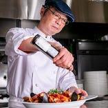 【シェフのこだわり】市場直送の三元豚、三浦漁港の朝獲れ鮮魚、三浦農家さんの野菜を使用!化学調味料は一切使用せず、シチリア産の天然塩やオリーブオイルを使用しております。本場イタリアで腕をふるったシェフのこだわりが詰まったパスタや窯焼きピッツァ、お肉料理をぜひお楽しみください!
