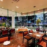 メインフロア窓際の『ベイサイドテーブル席』は、美しい夜景を眺めながらお食事を楽しめるとっておきのお席!