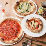 当店こだわりの『窯焼きピザ』は、ご注文を受けてから一枚一枚職人が丁寧に生地を伸ばし、専用の窯で焼き上げます。