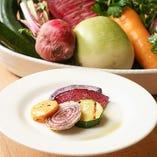 『季節の野菜 グリル』野菜本来の濃い旨味や新鮮な食感をお楽しみいただける旬野菜のグリルも!メイン料理の前菜にぜひどうぞ。
