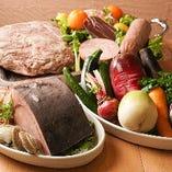市場直送の三元豚、三浦漁港の朝獲れ鮮魚、三浦農家さんの野菜など、オーナー自らが産地に赴き選びぬいた食材を使用しております。