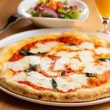 """【名物・窯焼きピザ】シチリア産の天然塩やオリーブオイルを使用!ナポリ風の""""もちもち""""とローマ風の""""サックリ""""を併せ持つ窯焼きピザ"""