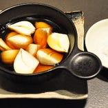 国産ニンニクオイル焼き 国産のニンニクをごま油につけてグツグツ煮ていただく逸品です。
