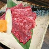 上ハラミ 牛の横隔膜です。内臓系のお肉ですが、柔らかくジューシーな濃い味わいを愉しめる、赤身肉に近い食感の部位です。