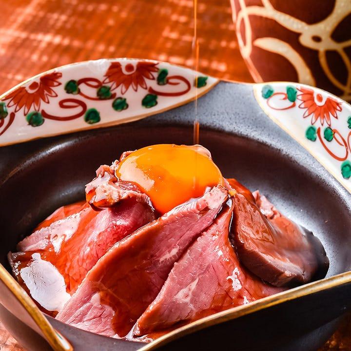 噛めば噛むほど肉の旨み溢れるローストビーフに卵を絡めてどうぞ