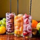 凍ったフルーツがなんともお洒落な『店屋町サワー』