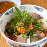 特製ゴマダレで食べる海鮮丼は〆にもってこい