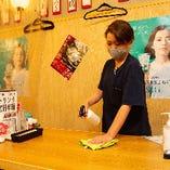 ◆入口、店内にアルコール消毒液を設置 テーブルや椅子、ドアノブなど共用部分の消毒も行っています