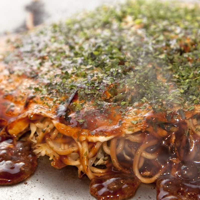 アツアツ鉄板で食べる広島お好み焼き