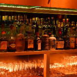 バーならではのずらりと並ぶボトルの数々