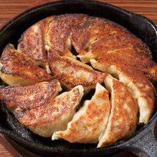 自慢の鉄鍋餃子