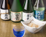 日本酒は、純米吟醸などの飲みきりサイズが10種類揃っている。
