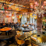 豪華な西陣織が天井まで彩を加えます。贅沢なひとときに