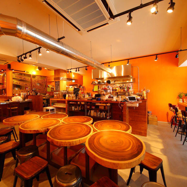 明るい内装と酒場料理