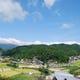 ふもと赤鶏は、佐賀県の豊かな里山に囲まれた鶏舎で育ちます。
