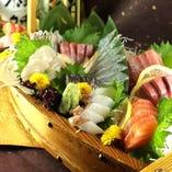 市場直送のこだわり鮮魚のお刺身を贅沢豪華に船に盛り合わせました! 接待や各種お祝いごとのシーンにもぴったり♪ ご予算に合わせて4人前よりご予約承ります