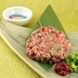 【和牛肉なめろう】程よく脂の乗った和牛をレアの状態でなめろうに!軽く炙ることで牛肉の香りが広がります♪添えてある辛味噌でお肉のチャンジャに大変身!