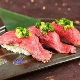 黒毛和牛の肉を使用した肉寿司!写真映えもする大人気メニューです♪赤みをなめろうに仕立てた肉なめろう軍艦寿司も人気です!このほかにも、おいしい肉メニューたくさんございます!