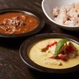 ココナッツの辛口白カレーと八丁味噌の牛すじ黒カレーが人気
