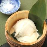当店自慢の自家製本にがり豆富。大豆本来の甘みのある手作り豆冨を沖縄の海水で作ったミネラルたっぷりの塩でお召し上がりください。