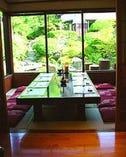 滝のある庭園を眺めながら 贅沢な会食をどうぞ