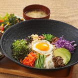 ビビンパは全6種類。国産野菜が豊富な菜々ビビンパが人気!