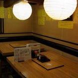 昔ながらの心地よい店内。テーブルとお座敷、カウンターを完備。