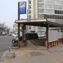 福岡市博多区祇園「ぎおん」3番出入り口付近が最寄りとなります。