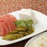 チーズ、トマト、ピクルスの盛り合わせ(ナン付き)Cheese, pickles &tomatoes plate