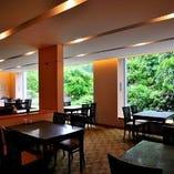 大きな窓から望む日本庭園の緑が美しいホール席