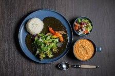 レストランやブライダル料理を手掛けるシェフ特製「大名町カレー」と7・8月「夏のトマトカレー」